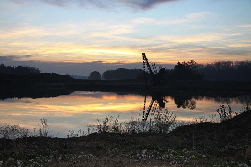 Abbaustelle an einem See in der Dämmerung